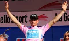 Paolo Savoldelli viser frem den rosa ledertrøya etter første etappe. (Foto: AP/Scanpix)