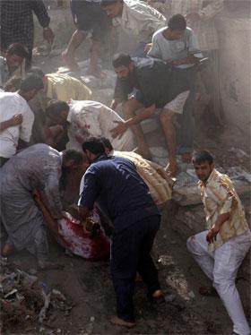 Skadde får hjelp etter urolighetene i Basra lørdag. (Foto: Reuters/Wisam Ahmad)