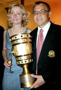 Bayern-trener Felix Magath og konen Nicola poserer med cuppokalen Bayern vant forrige søndag. (Foto: AP/Scanpix)