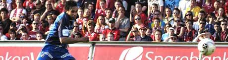 Stabæks måltyv Daniell Nannskog scorer sitt lags andre mål under eliteseriekampen mellom Brann og Stabæk i Bergen søndag kveld. Til høyre keeper Håkon Opdal. Foto: Marit Hommedal / SCANPIX