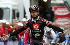 Spanske Isaac Galvez Lopez i det han vinner den siste etappen i Dunkerque firedagers. (Foto: AFP/Scanpix)