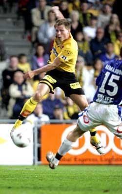 Bjørn Helge Riise scorer LSKs andre mål under eliteseriekampen mellom Lillestrøm og Start på Åråsen søndag kveld. Foto: Morten Holm / SCANPIX
