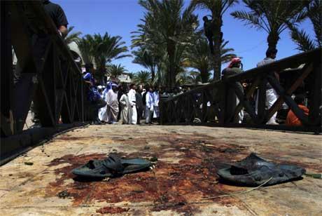 Sandaler ligger igjen på ett av stedene bombene eksploderte i feriebyen Dahab. (Foto: Gali Tibbon/ AFP/ Scanpix)