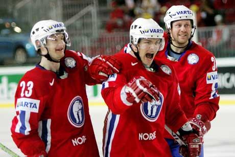 Per-Åge Skrøder (i midten) blir gratulert av Mats Trygg (til venstre) og Lars Erik Lund etter at han scoret 3-2 målet. (Foto: Håkon Mosvold Larsen / SCANPIX)