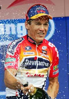 Robbie McEwen feirer seieren på den fjerde etappen. (Foto: AP/Scanpix)