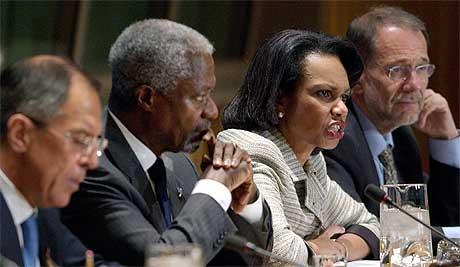 Russlands utenriksminister Sergey Lavrov, FNs generalsekretær Kofi Annan, USAs utenriksminister Condoleezza Rice og Javier Solana som er EUs utenrikspolitiske koordinator ble enige om å gi penger til Palestina. Foto: Reuters/Chip East