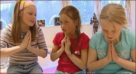 Namaste! - Emilie Andersen (9), Maren Huseby. Foto: NRK, Silje Østmoe (8) og Anette Buene (11)