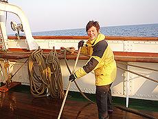 Reporteren i full gang med å svabre dekk. Foto Ingvild Valsø.