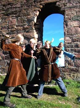 En gruppe ungdommer spiller teater ved Kirkeruinene i Maridalen i Oslo. Her har de kledd seg ut som vikinger. (Foto: Scanpix)