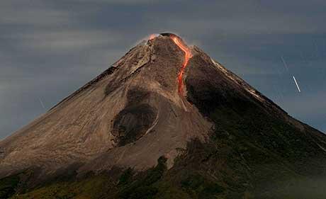 Vulkanen Merapi på Java slik den så ut tidligere i dag. (Foto: AP/Scanpix)