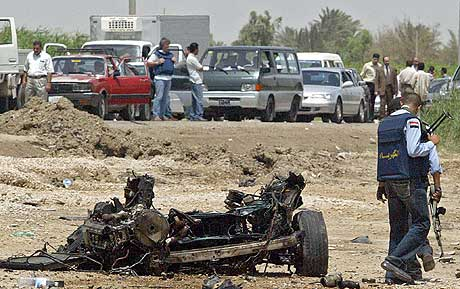 Irakisk politi sikrer området der en selvmordsbomber sprengte seg i luften ved Bagdad internasjonale flyplass. (Foto: Scanpix/AFP)