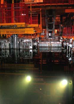 Her står tønner med atombrensel til kjøling under vann. Foto: NRK/Brennpunkt