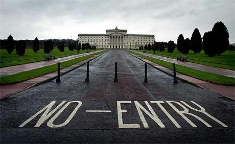 SAMLET i BELFAST: Representanter for de nord-irske partiene skal samles i parlamentsbygningen Stormont for å forsøke å komme til enighet om en ny selvstyreregjering. Foto: AP/Scanpix.