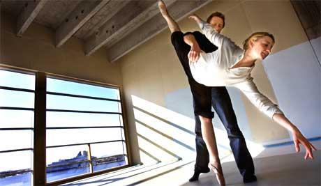 Line Alsaker og ballettsjef Espen Giljane tester prøvegulv på den nye operaen i Oslo. (Foto: Scanpix)