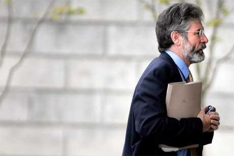 Sinn Fein-lederen Gerry Adams i det han i dag kom til Stormont like utenfor Belfast. (Foto: Peter Morrison/ AP/ Scanpix)