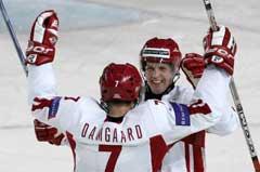 Jesper Damgaard jubler sammen med Jens Nielsen etter en av scoringene mot Kasakhstan. (Foto: AP/Scanpix)