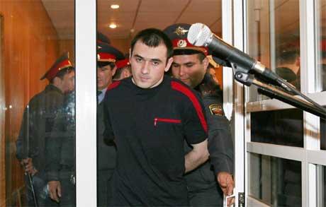 26 år gamle Nurpasji Kulajev føres inn i rettssalen for å motta dommen i dag. (Foto: Eduard Korniyenko/Reuters/Scanpix)