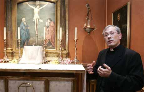 Prest Antoine de Rochebrune i kapellet til Opus Dei i Pari, slåss mot påstandene i Dan Browns roman. (Foto: AP/Scanpix)