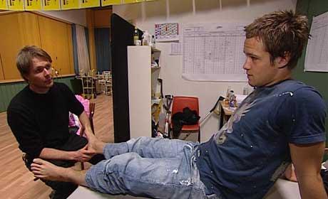 Disse beina kan du ikke spille med mot Vålerenga, var beskjeden fra osteopat Kurt Støen til Doffen (Kristofer Hæstad) (foto: Geir Ingar Egeland)