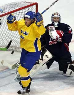 Mika Hannula jubler over et av sine tre mål mens USAs målvakt Craig Anderson er oppgitt. (Foto: Reuters/Scanpix)