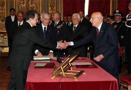 Den nye statsministeren Romano Prodi (t.v.) avla eden for president Giorgio Napolitano (t.h.), som ble valgt sist uke. (Foto: Tony Gentile/ Reuters/ Scanpix)