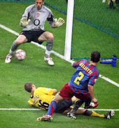Juliano Belletti setter inn vinnermålet mellom bena på Arsenal-keeperen. (Foto: AFP/Scanpix)