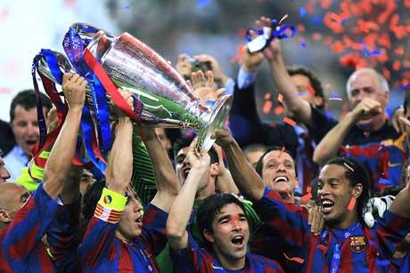 Barcelona-spillerne jublet med trofeet. (Foto: AFP/Scanpix)