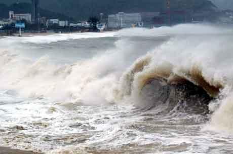 Bølgene slår inn over kysten av Dameisha i Shenzhen i Sør-Kina. (China Daily)