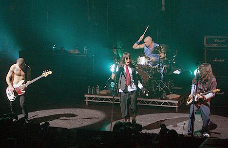 Anthony Kiedis og Michael Flea Balzary i Red Hot Chili Peppers under en konsert i Paris i april. Det kan se ut som om konsertene og de mange intervjuene bandet har gitt nå gir resultater: Foto: AP Photo / Scanpix.