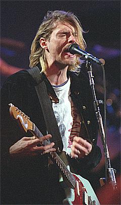 Kurt Cobain, vokalist i Nirvana, opptrer 13.desember 1993 under MTV Live and Loud Production i Seattle. Neste høst kommer en filmdokumentar basert på intervjuene bak Nirvana-biografien «Come as You Are.» Foto: AP / Scanpix.