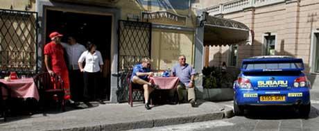 Petter Solberg tar en pause på cafe mellom rundene i Rally Sardinia 2006 (Foto: www.swrt.com)