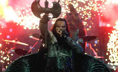 Finske Lordi ikledd monstermasker og flaggermusvinger fikk mye oppmerksomhet på scenen. Men ikke så mange husker melodien. (Foto: AP/Scanpix)