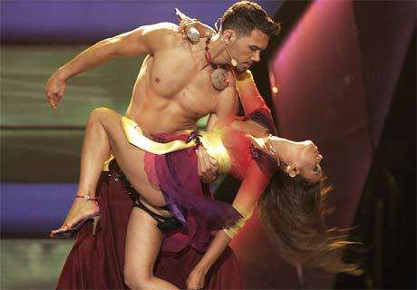 Monacos Severine Ferrer opptrer med sin sang, med et stort utvalg eksotiske dansere. (Foto: Afp/Scanpix)