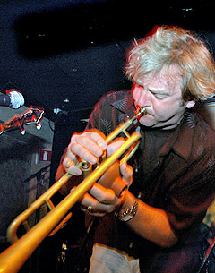 Springsteen-trompetist Curt Ramm lar det stå til, mens Art Baron og Charles Giordano akkompagnerer. Foto: Gitte Johannessen, NTB.