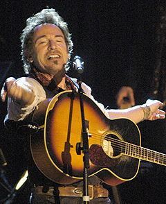 Bruce Springsteen spiller lørdag i Oslo. Her fra forrige stoppested, Frankfurt 17. mai. Foto: AP / Scanpix.