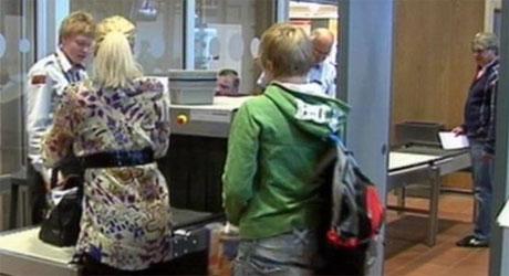 Flypassasjerene kan bli rammet hvis vekterne blir tatt ut i streik i morgen (Foto: NRK).