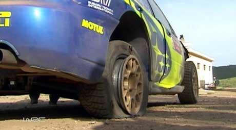 Petter Solbergs dekk eksploderte i den siste fartsprøven fredag(Foto: NRK/WRC)