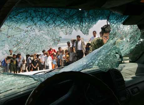 Slik så bilen til Tareq Abu Rajab ut etter at noen forsøkte å drepe ham i 2004. Foto: Scanpix/AP.