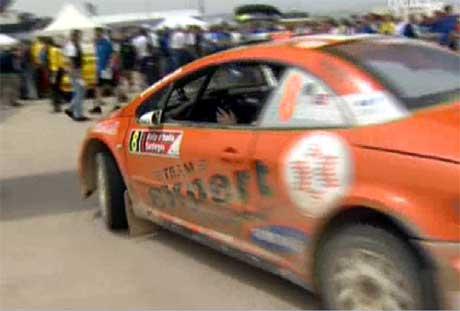 Henning Solberg på vei inn til service i Rally Sardinia (Foto: NRK)