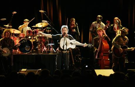 Med sine 16 musikere sørget Springsteen for en kveld med glede og substans. (Foto: Scanpix)