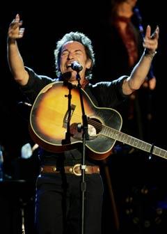 Bruce Springsteen pisket opp stemningen til uante høyder lørdag. (Foto: Scanpix)