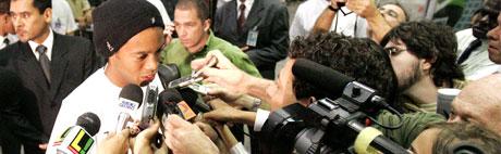 Ronaldinho snakker til pressen før han reiser avgårde med landslaget. (Foto: Reuters/ SCANPIX)