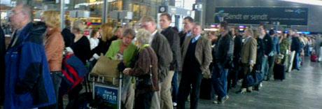 Køene gikk rundt hele avgangshallen og strakk seg ned mot første etasje i flyplassen. Foto: NRK