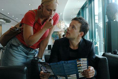 TRØBBEL: Innspillingslederen Maria inviterer med seg en popstjerne hjem (Foto: Motlys AS).