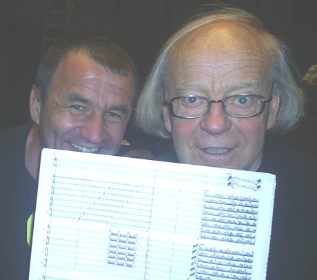 "Festspilldirektør Per Boye Hansen og Arne Nordheim holdt godt fast i partituret til ""Eco"" på generalprøven tirsdag kveld. Foto: NRK"