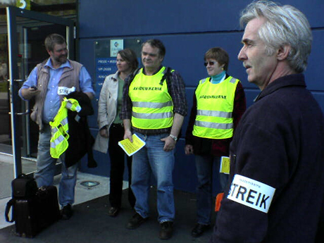 Streikande ved Mattilsynet i Ålesund. Streikeleiar Svein Kvaløy jr. heilt til venstre. Foto: Rune A. Hansen, NRK