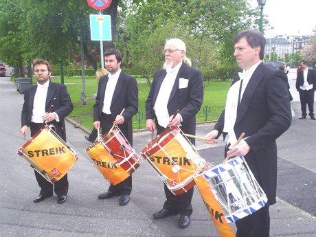 Slagverkerne i Bergen filharmoniske orkester spilte sørgemarsjer utenfor Grieghallen foto: NRK