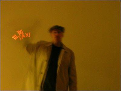 """Tidligere har vi sett vekkerklokker som viser tall på et LED-display mens det roterer. Her er den samme teknologien: Denne dingsen på jakkeermet måler hvor fort du vifter med armen, og viser lysende tekst som blir """"hengende"""" igjen i luften."""