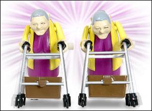 Før i tiden fantes det trekk-opp-biler. Dette er trekk-opp-bestemødre med rullatorer.