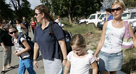 Evakueres: Australske borgere strømmet til flyplassen i Dili (Foto: AP/Scanpix).
